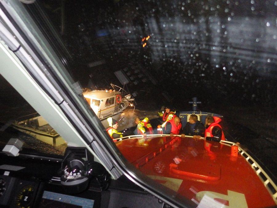 20160114bre knrm breskens - 6 vissers gered in 11 bft