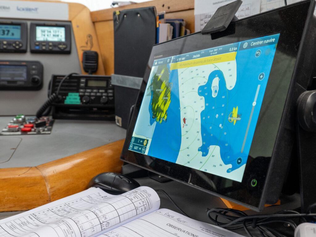 Deze afbeelding heeft een leeg alt-attribuut; de bestandsnaam is 2021-02-27-partenaire_Furuno_r'p'titeur-navigation-et-radar_1005543¸Ma'va-Bardy-Fondation-Tara-Ocean-1024x769.jpg